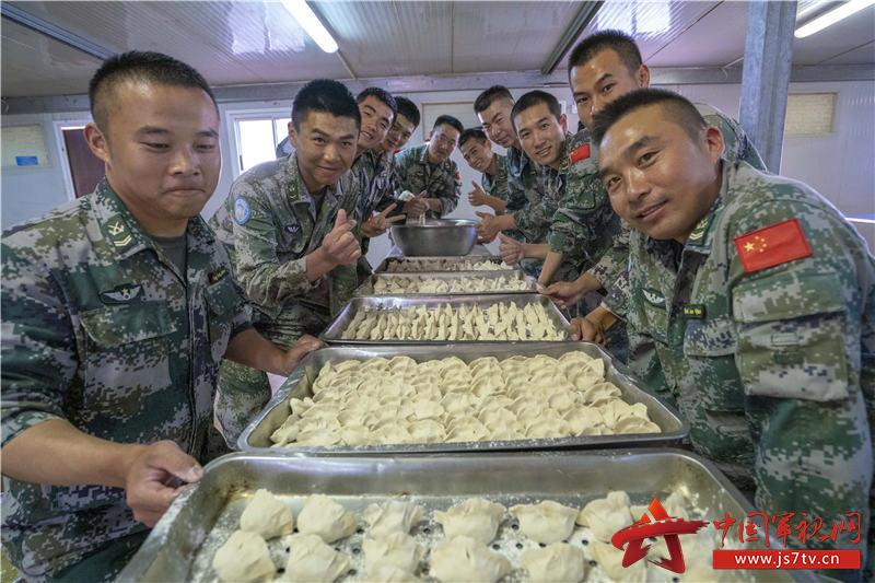 11-看着一盘盘的劳动成果,官兵们脸上洋溢着灿烂的笑容