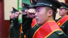 親屬參加新兵授銜儀式 不遠千里只為見證你的成長