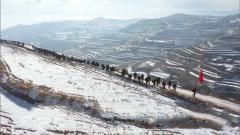 武警部队组织新兵展开冬季野营大拉练