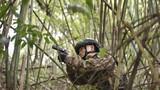 在山林地捕殲戰斗中搜索暴恐分子。