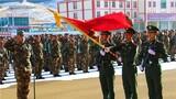 拉練前,官兵們面向武警部隊旗莊嚴宣誓
