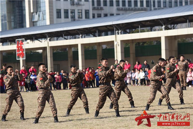 """图6:2019年12月27日,安徽合肥,在武警合肥支队""""军营开放日""""活动现场,小军娃们观看军事动作演示。"""