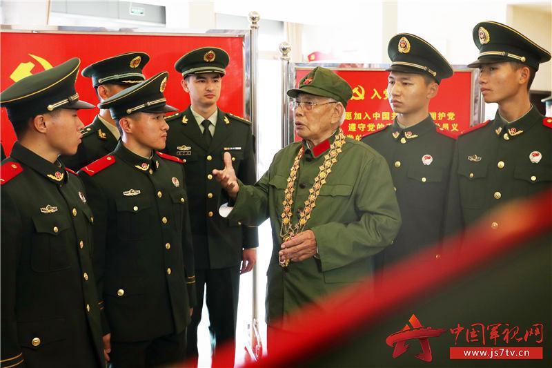 """2、2020年1月10日,""""共和國勛章""""獲得者、原54251部隊副政委李延年為武警廣西總隊南寧支隊新兵們講述戰斗歷程。"""