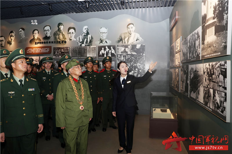 6、2020年1月10日,講解員為官兵介紹抗戰歷史。