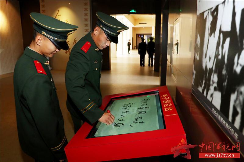 11、2020年1月10日,新戰友在電子留言板上寫下自己的軍旅愿望。