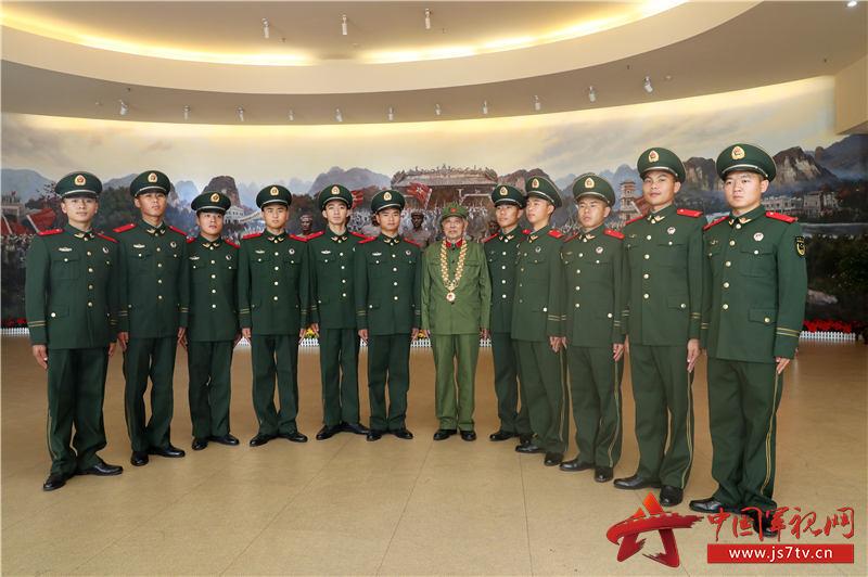 10、2020年1月10日,新兵們與戰斗英雄李延年合影留念
