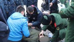 春运旅客突发急症 武警战士及时救助