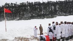 冬日冷风挡不住人心暖流 直升机飞跃冰峰峡谷送年货