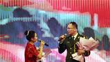 一位军人与妻子合唱《军人和妻》