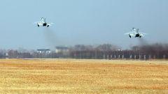 筑梦蓝天  空军西安飞行学院某旅从难从严组织编队飞行训练
