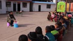 """【新春走基层】梭梭拉打幼儿园:第一个""""春天"""" 感受教育的力量"""