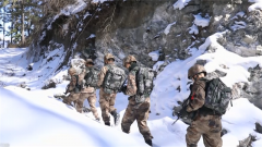 西藏:边防官兵踏雪巡逻迎新春