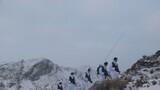 官兵們頂風冒雪巡邏在邊境線上。