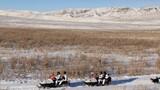 官兵們騎乘摩托雪橇巡邏在邊境線上。