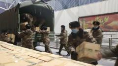 【直通疫情防控一線】軍隊緊急運送1.5萬套防護服發往武漢