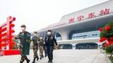 武警廣西總隊南寧支隊官兵與民警在南寧東站巡邏執勤。