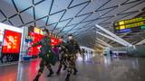武警廣西總隊南寧支隊官兵在機場內巡邏執勤。