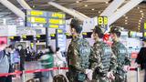 武警廣西總隊南寧支隊官兵在機場內定點執勤。