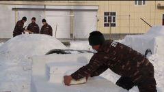武警塔城支隊開展雪雕創作扮靚軍營