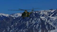 【新春走基层·记者在战位】新疆军区某陆航旅:边防女兵空中巡逻