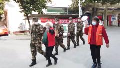 """【直通疫情防控一线·各地多措并举战""""疫""""情 】上海:武警官兵500口罩送一线"""