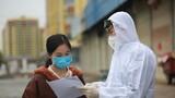 武警钦州支队官兵为驻地群众讲解新型冠状病毒感染肺炎的防护知识。