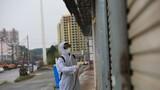 武警钦州支队官兵对附近街道进行灭菌消毒。