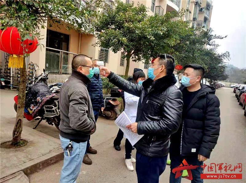 3、退役军人刘长春(右二)、刘波父子俩每天都坚守在疫情防控一线。