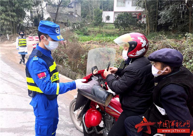 3、退役军人刘长春、刘波(左一)父子俩每天都坚守在疫情防控一线。