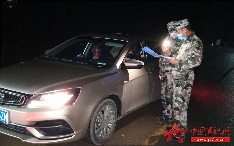 4、退役军人杨军(右一)在对车辆逐一进行登记检查。