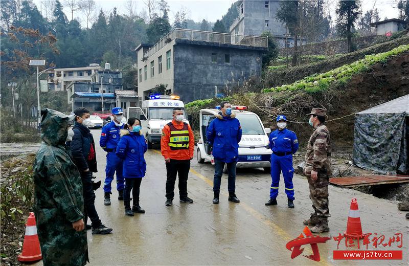 4、退役军人杨军(右一)和妻子孙晓琴(右二)坚守在白土乡疫情防控检查站。