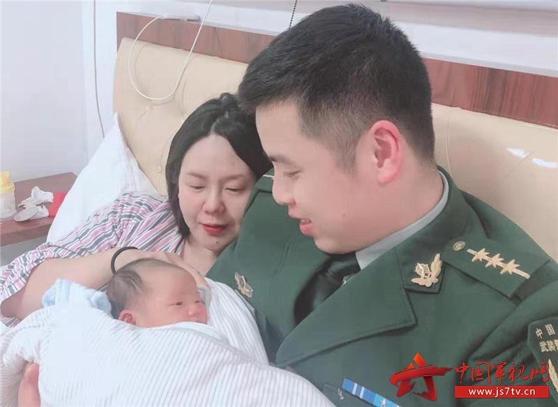 吴柯抱着刚刚出生的宝宝