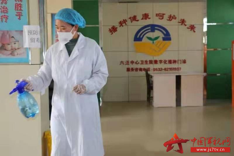3陈明磊的妻子王晓梅在工作中。