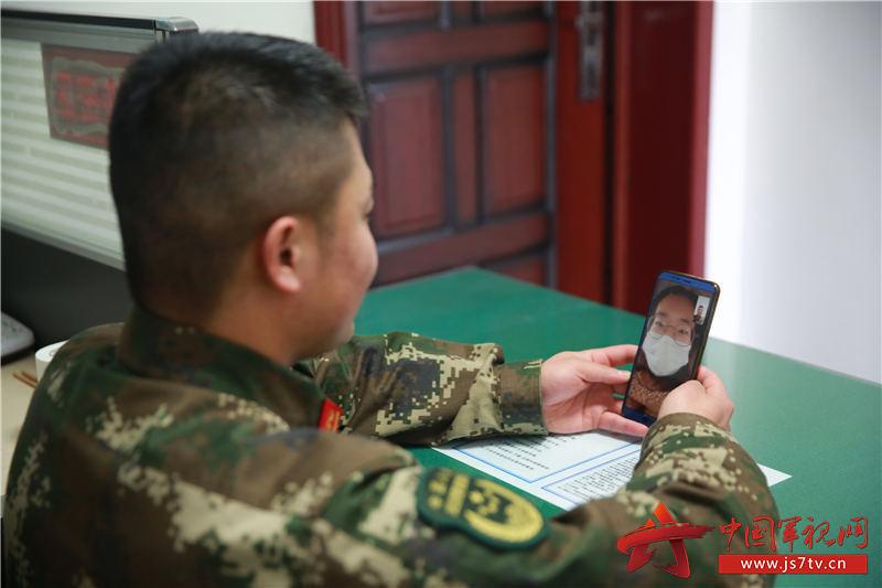 4陈明磊和妻子进行视频通话。