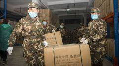 武警广西总队机动支队紧急搬运疫情防控救援物资