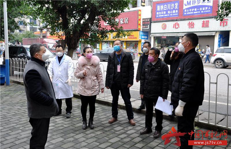 退役军人、老党员王永朋(右二)与社区志愿者和医护人员一起向群众宣传疫情防控知识。