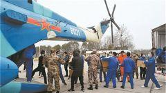 中部战区调动直升机投送抗疫医疗物资
