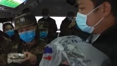 【打赢疫情防控阻击战】 武汉公交车上的暖心一幕