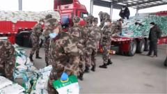 【打贏疫情防控阻擊戰】湖北:武警官兵緊急轉運生活物資