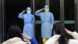 2月1日,陆军军医大学医疗队收治首批患者中两人治愈出院。千言万语化作军礼致意。解放军报记者 范显海 摄