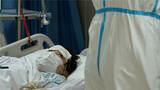 """1月27日上午,海军军医大学医疗队医护人员在汉口医院重症监护室对新型冠状病毒感染的肺炎患者进行救治。在患者眼中,医护人员就是他们的""""救星""""。解放军报记者 范显海 摄"""