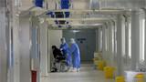 医疗队队员将患者送进病房。解放军报记者 范显海 摄