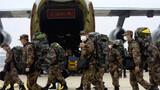 2月2日,空军出动8架大型运输机空运军队支援湖北医疗队抵达武汉天河机场。解放军报记者 范显海 摄