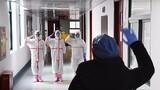 一名患者治愈出院,患者与医护人员道别。解放军报记者王传顺 摄