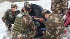 ?山東青島:雪天路滑老人摔倒?武警官兵暖心救助