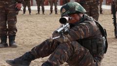 挑戰坐姿無依托狙擊 看呼吸對狙擊有何影響