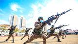 """近日,在全力做好疫情防控工作的同时,武警上海总队机动一支队特战大队积极组织官兵开展封闭环境下""""八小""""练兵活动,激发官兵的训练热情,切实提高部队战斗力。图为特战队员开展刺杀训练。"""
