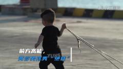 """向爸爸学习!两岁男孩训练场秀起拉轮胎""""绝技"""""""