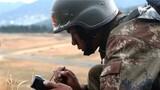 队员利用北斗手持机上报获取的目标信息。(张正举 摄)