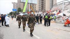 福建泉州:武警官兵紧急搜救酒店坍塌受困人员